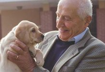 Baldassarre-Monge-con-cane-in-braccio
