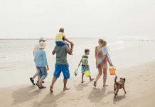 Famiglia in spiaggia con il cane