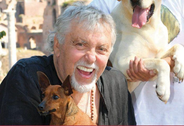 Maurizio Mattioli con uno dei suoi tre cani