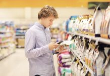 Proprietrio controlla le etichetto del petfood