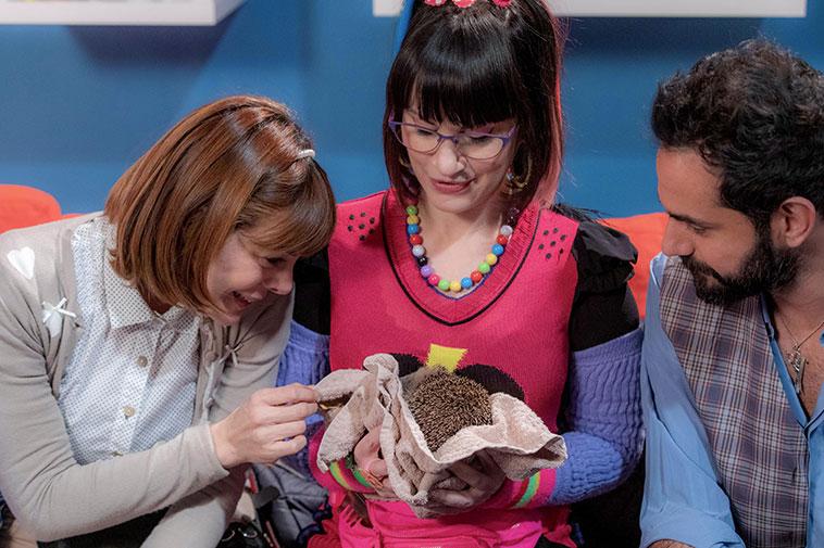 Attori della sit ricci e capricci in onda su La5 canale mediaset con il riccio salvato tra le mani