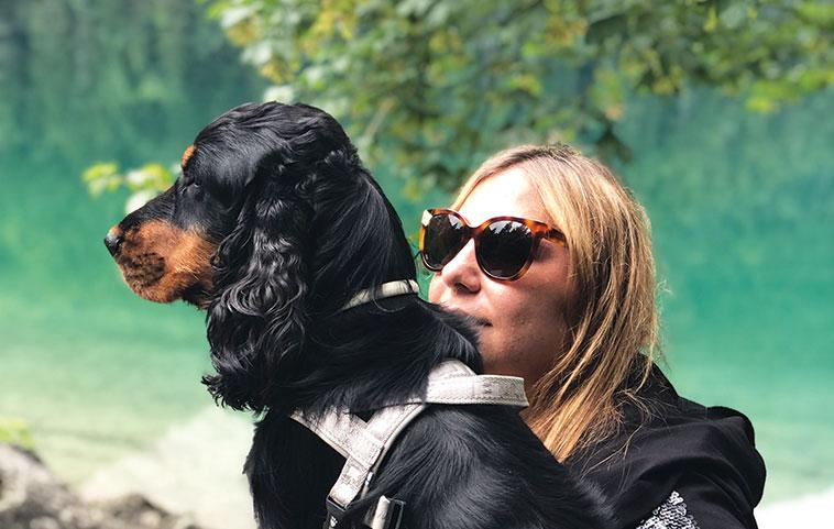 Michela Sciorio assieme con al suo cane Zizi