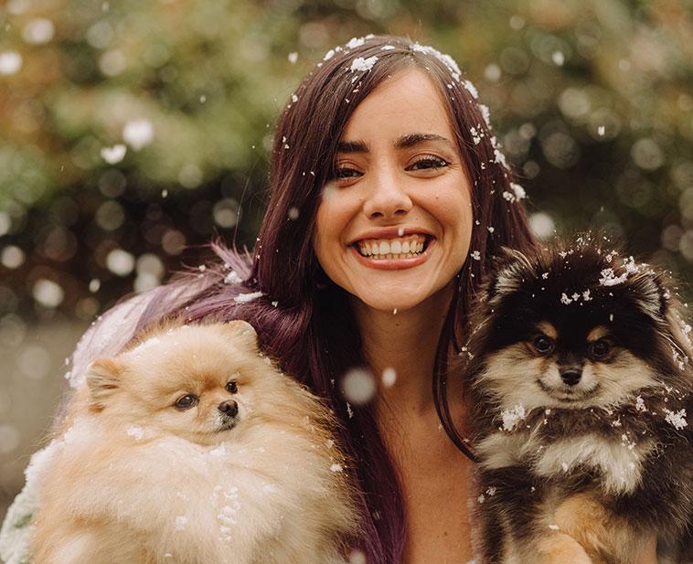 Giulia Penna sotto i fiocchi di neve con i suoi cagnolini Viola e Coffee