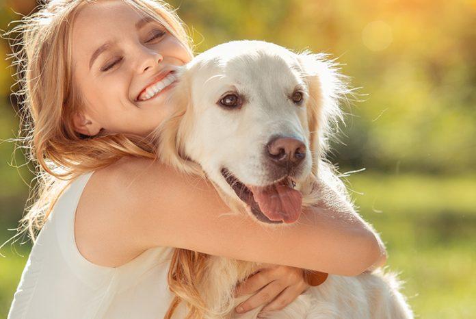 Ragazza-abbraccia-il-suo-cane
