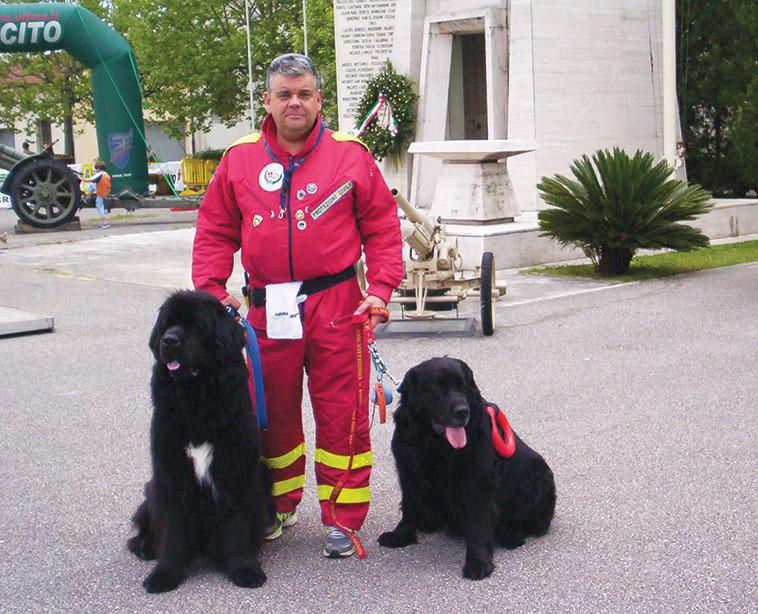 Alessandro Iozzelli con due bellissimi terranova da salvataggio