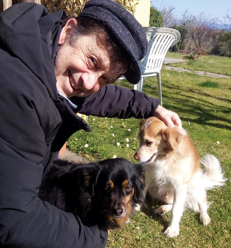 L'attore Massimo Wertmuller assieme ai due suoi cani Rocco e Pupetta