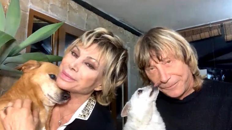 Carmen Russo e Enzo paolo Turci con i loro amori a quattro zampe