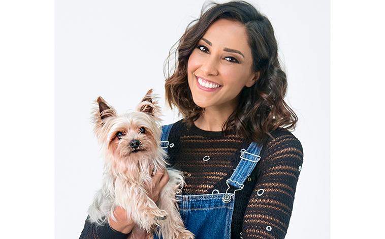 Juliana Moreira in primo piano con il suo cane